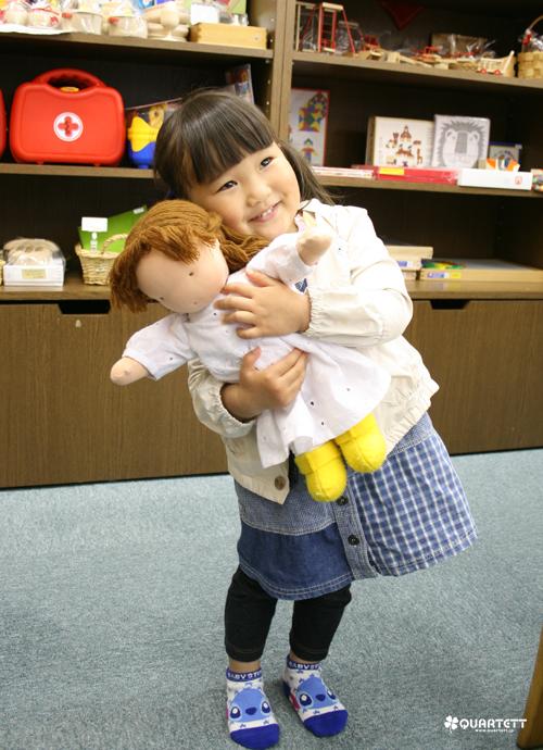 あいらちゃんとお人形「はなちゃん」