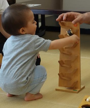 ジャンピングカートレインで集中して遊ぶ赤ちゃん