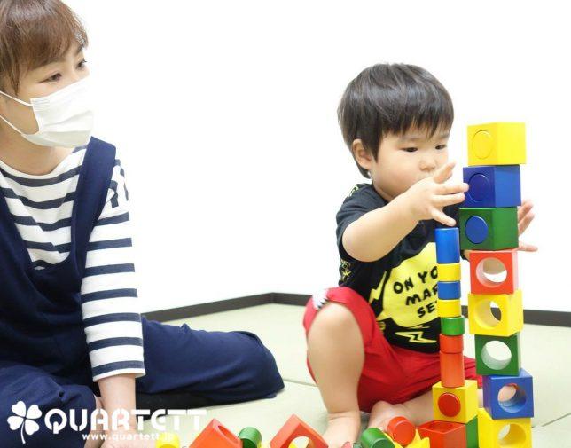 積木を楽しむ子供_カルテット幼児教室